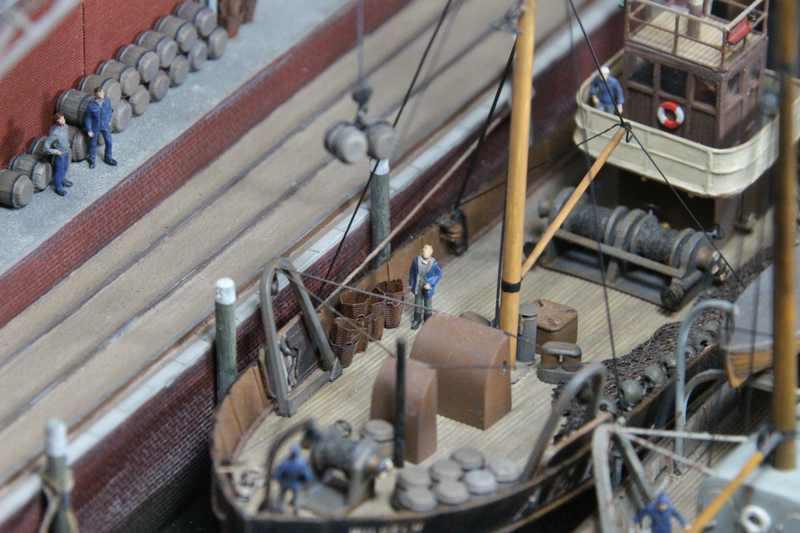 plastik vorbereitungen zum auslaufen fischdampfer im hafen in den 1920ern 1 200 schiffe. Black Bedroom Furniture Sets. Home Design Ideas