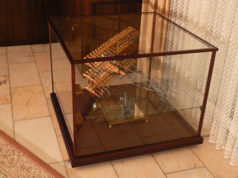 pr sentieren professionell gestaltete holz glas vitrinen. Black Bedroom Furniture Sets. Home Design Ideas